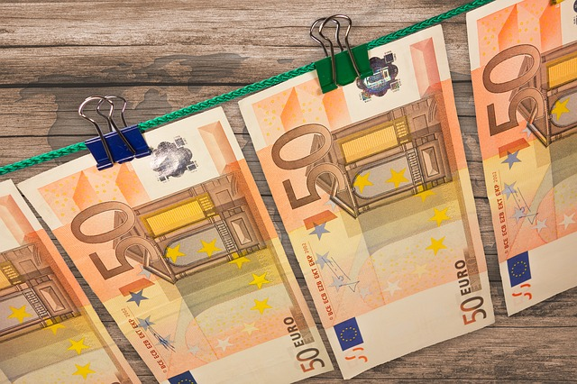 Was Texte kosten. 50-Euro-Scheine an der Leine